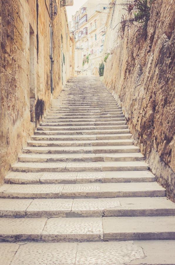Trappa på gatan av Valletta arkivbilder