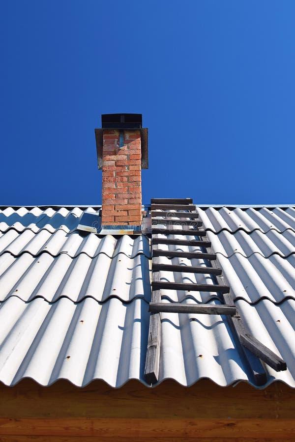 Trappa på taket med lampglaset av huset till den klara himlen royaltyfria foton