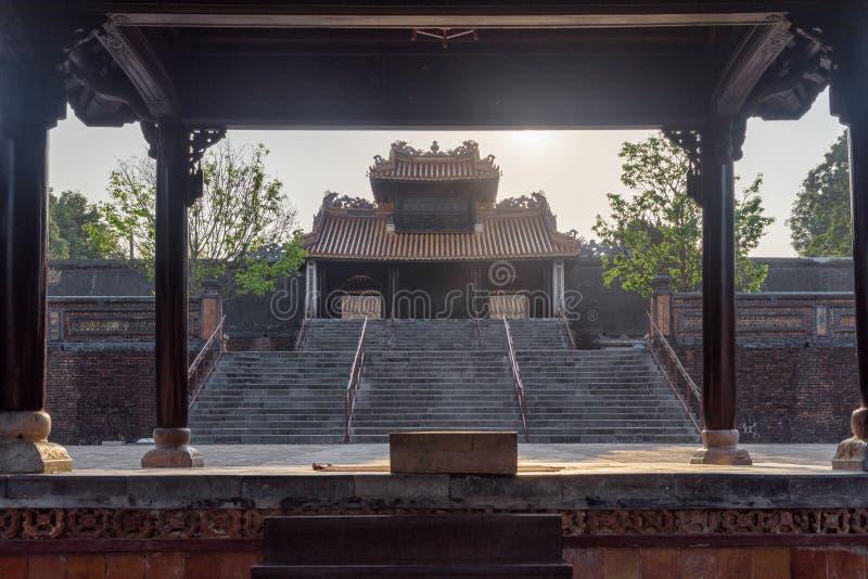 Trappa som leder till Khiem Cung Gate från Du Khiem Paviljong arkivbilder