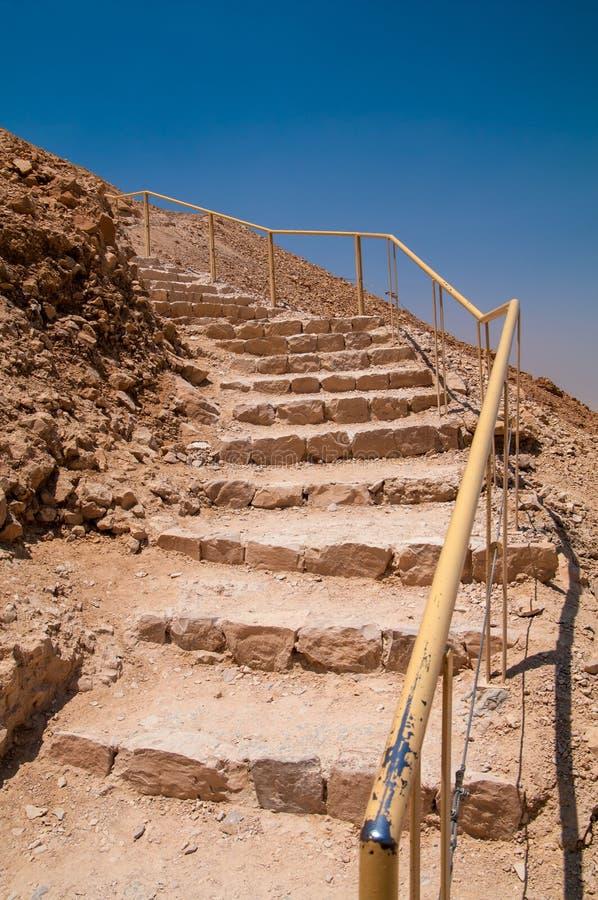 Trappa som leder upp ormbanan på Masada royaltyfri foto