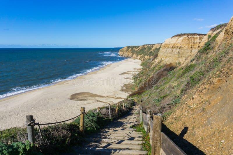 Trappa som ner går till en tom strand, Half Moon Bay, Kalifornien arkivbild