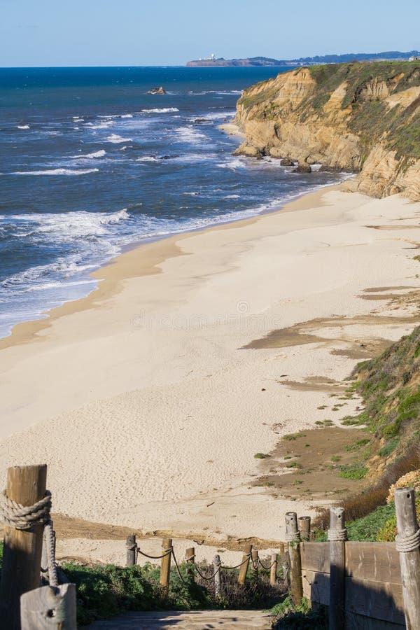 Trappa som ner går till en tom strand, Half Moon Bay, Kalifornien arkivfoto