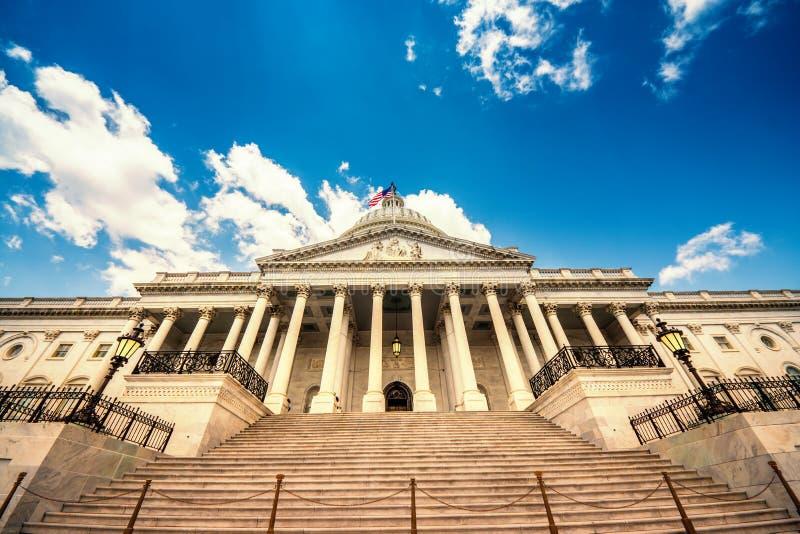 Trappa som upp till leder Förenta staternaKapitoliumbyggnaden i Washington DC - östlig fasad av den berömda USA-gränsmärket arkivbilder
