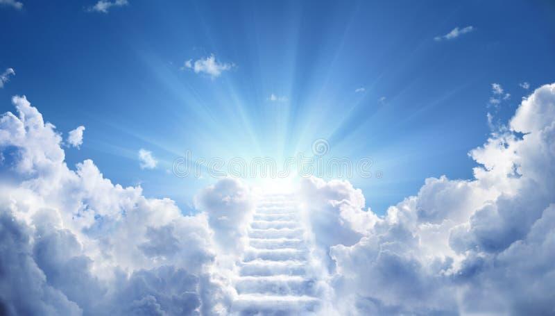 Trappa som upp till leder himla- himmel arkivbild