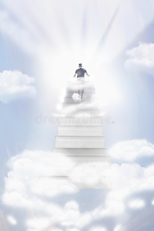 Trappa som upp till leder himla- himmel in mot ljuset, person som går till himmelljus arkivfoto