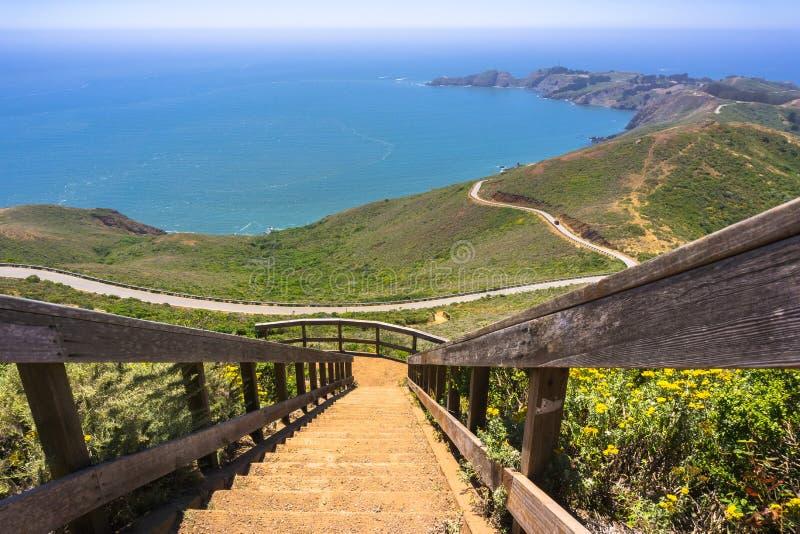 Trappa som uppifrån stiger ned av Hawk Hill; Marin Headlands royaltyfri bild