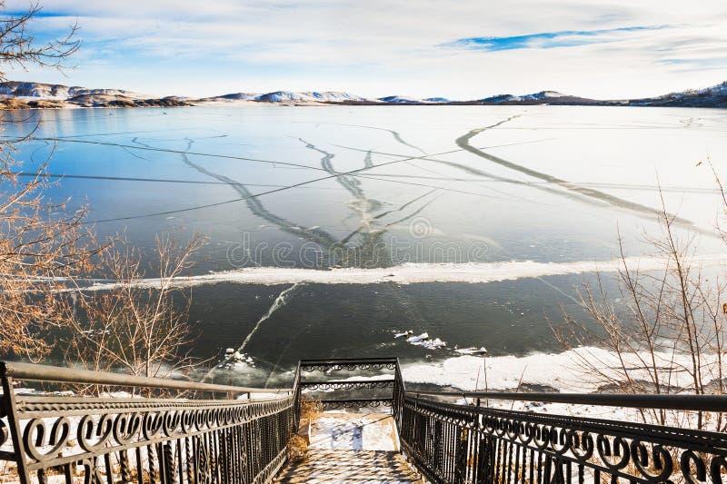Trappa till den djupfrysta sjön arkivbild