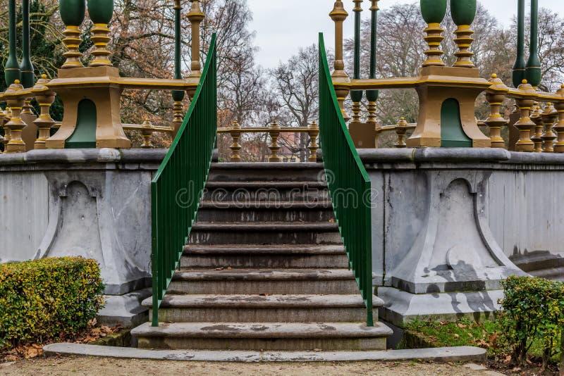 Trappa till den pittoreska kiosket i Koningin Astridpark i Bruges, Belgien royaltyfria bilder