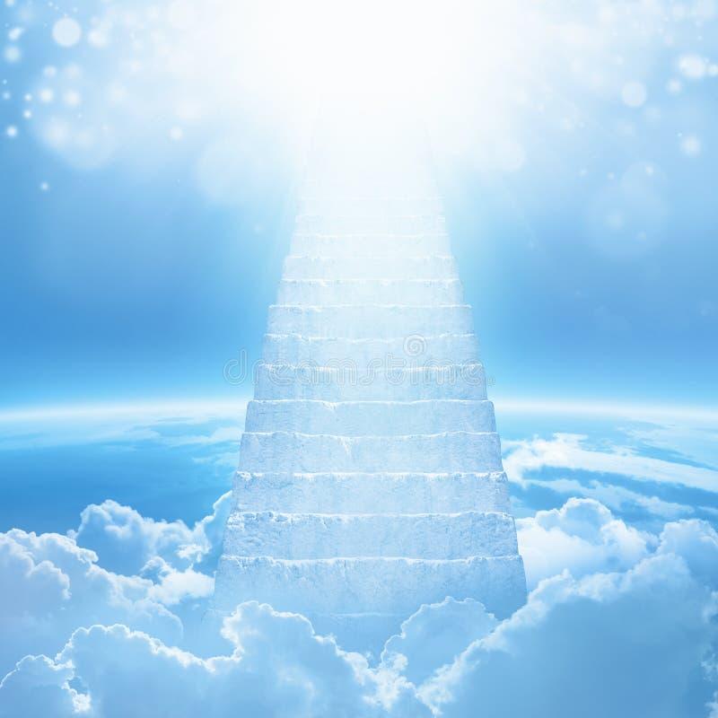 Trappa till himmel, ljust ljus från himmel, trappa som leder upp fotografering för bildbyråer