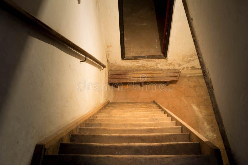 Trappa till källaren arkivbild