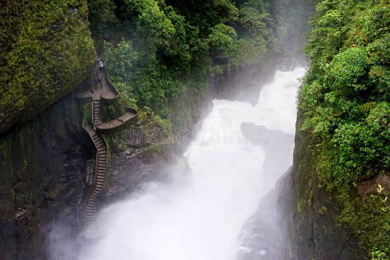 Trappa till vattenfallet royaltyfria foton