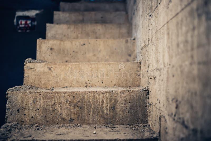Trappaarkitektur som är oavslutad på källaren Konkret trappuppgång för cement på huskonstruktionsplatsen arkivfoton