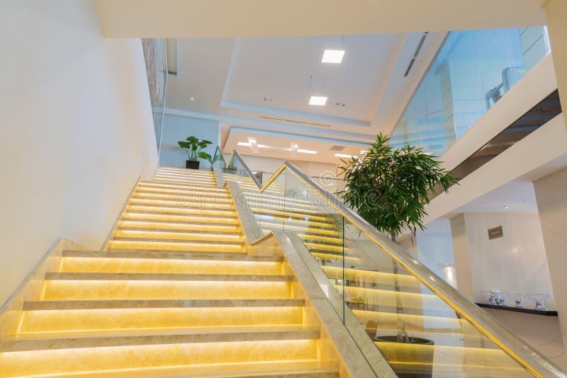 Trappafall i den moderna hotellinre royaltyfri bild