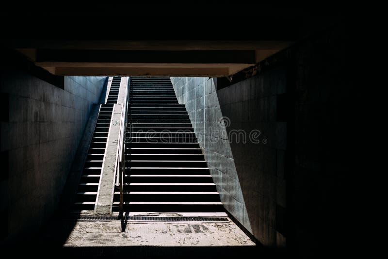 Trappagångtunneler i solljuset arkivfoto