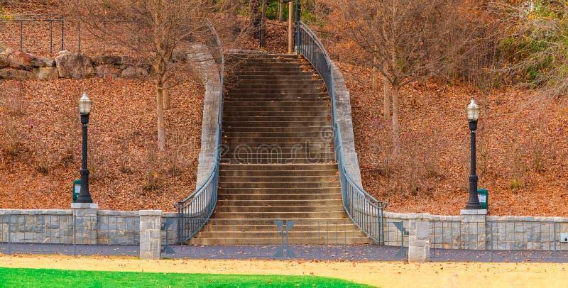 Trappan från promenad till den Prado ingången i Piedmont parkerar, Atlanta royaltyfri bild