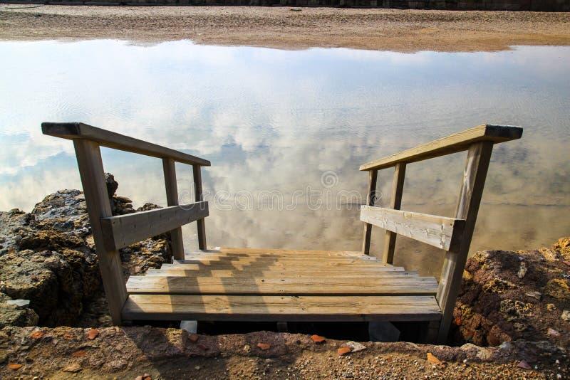 Trappan går upp ner in i molnreflexion fotografering för bildbyråer