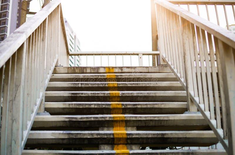 Trappan i den över huvudet ljusa kulan av dagen reflekterar upptill banan för att hoppas och nästa steget royaltyfria bilder