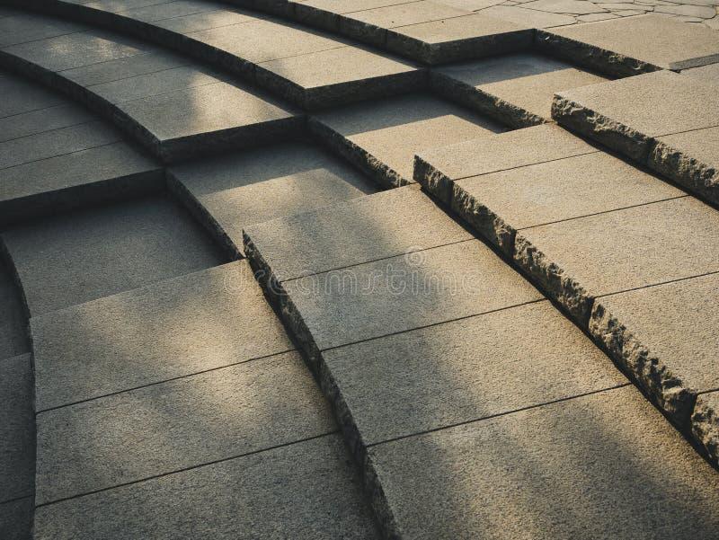Trappan kliver skugga och skugga för detaljer för arkitektur för cementtegelplatta utomhus- royaltyfri bild