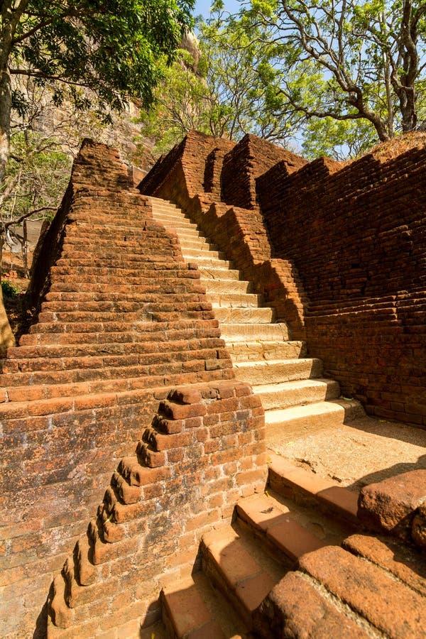 Download Trappan Och Fördärvar Av Den Sigiriya Lion'sens Fästning För Rock Arkivfoto - Bild av natur, tropiskt: 27281348