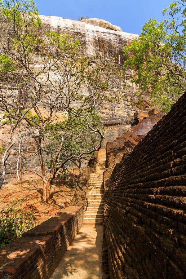 Download Trappan Och Fördärvar Av Den Sigiriya Lion'sens Fästning För Rock Fotografering för Bildbyråer - Bild av gammalt, slott: 27281359