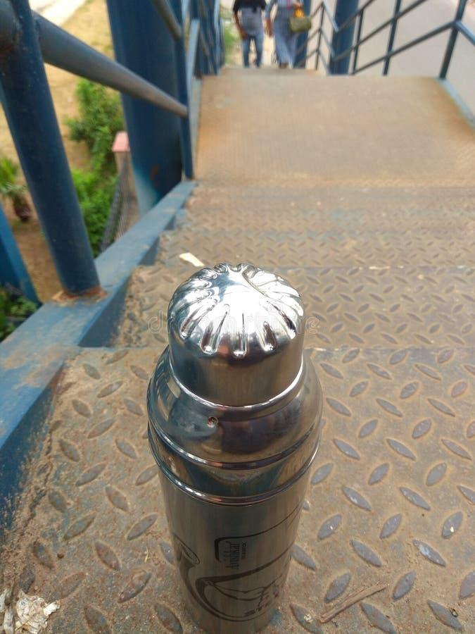 trappan parkerar vattenbottel arkivfoto