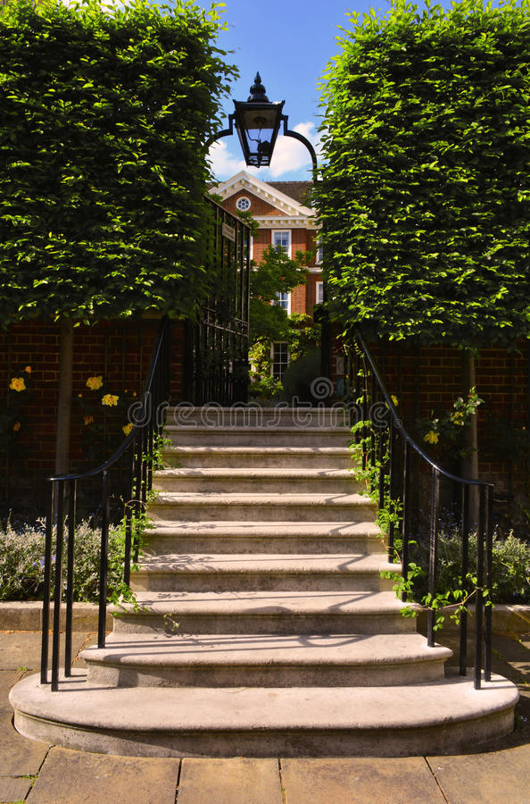 Trappan som leder till det romantiska järnet, gav sig med en lykta ovanför den, förlagehuset, tempelkyrkan, London, Förenade kung arkivbilder
