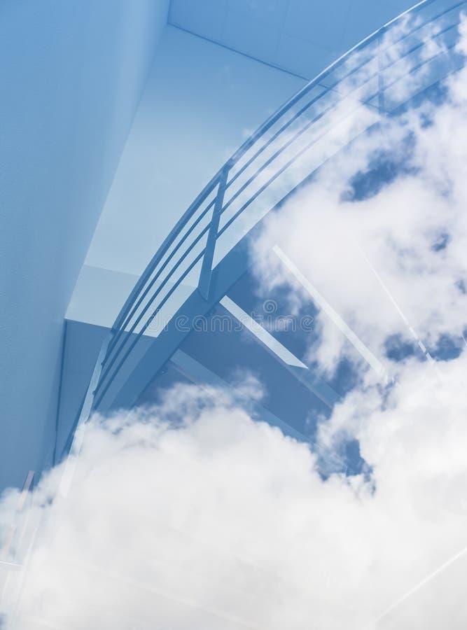 Trappan verkar för att leda in i molnen i blå himmel royaltyfri fotografi