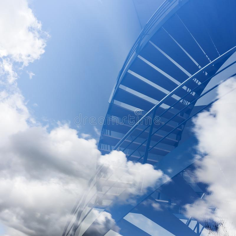 Trappan verkar för att leda in i molnen i blå himmel arkivbild