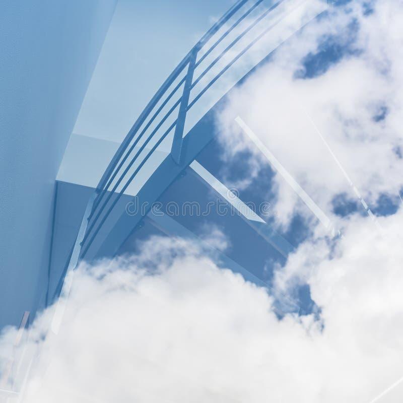 Trappan verkar för att leda in i molnen i blå himmel fotografering för bildbyråer