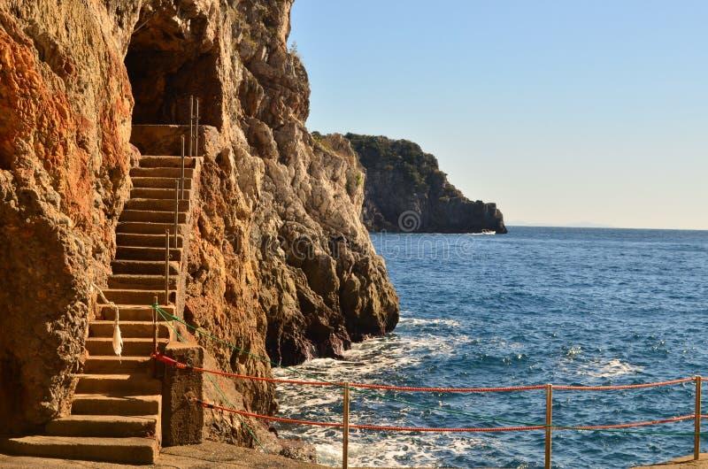 Trappasnitt in i havet Cliff Along den Amalfi kusten arkivfoton