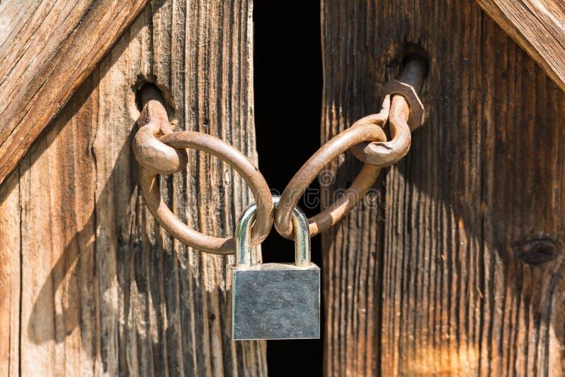 Download Trappe avec le cadenas image stock. Image du fond, ouvert - 45351657