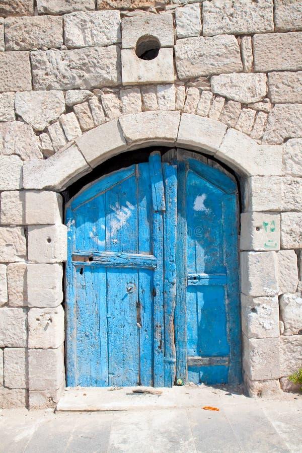 Trappe bleue en bois dans Madaba image libre de droits