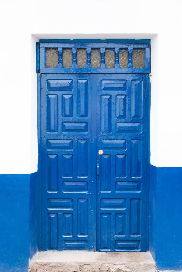 Trappe bleue et mur blanc photo libre de droits