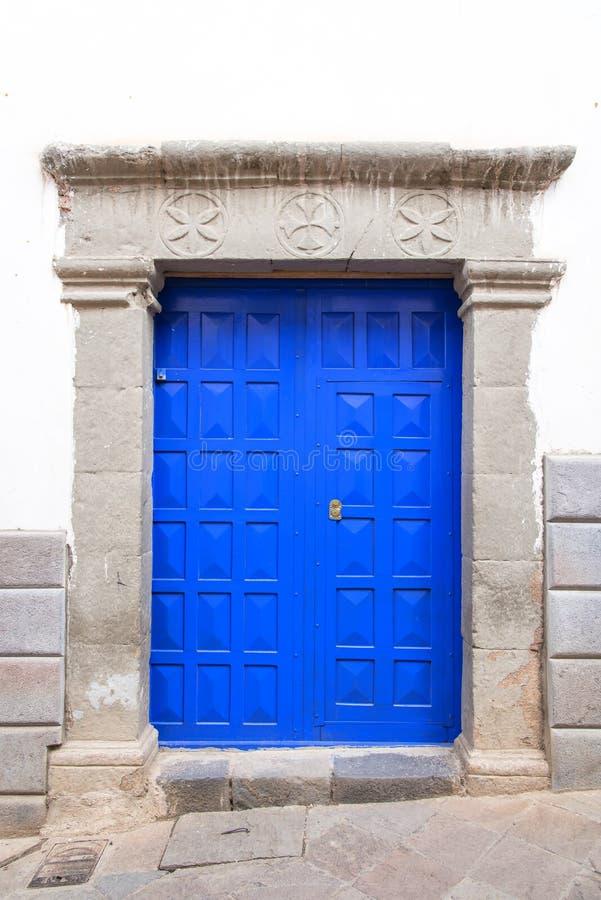 Trappe bleue et mur blanc photos stock