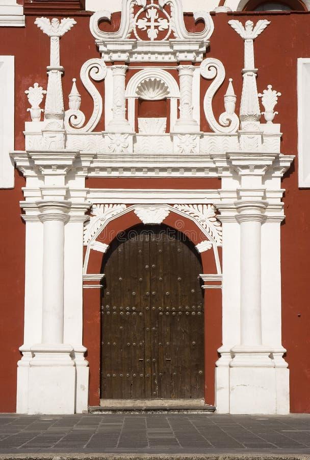 Trappe coloniale et façade baroque images stock