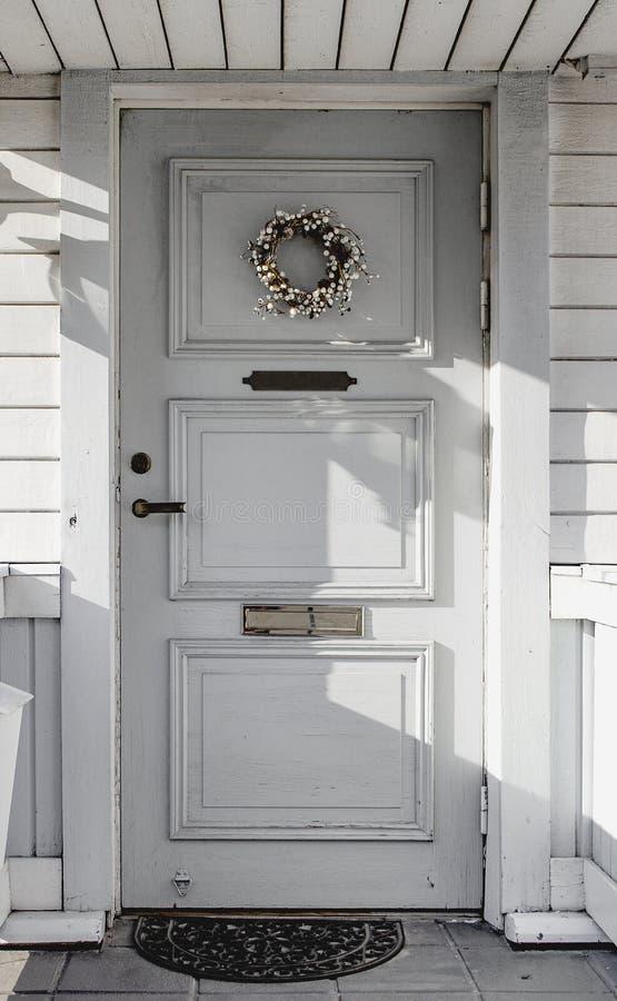 Trappe d'entrée Le porche de la maison image libre de droits