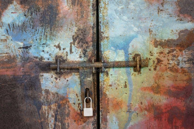 Trappe en métal avec le blocage photographie stock libre de droits