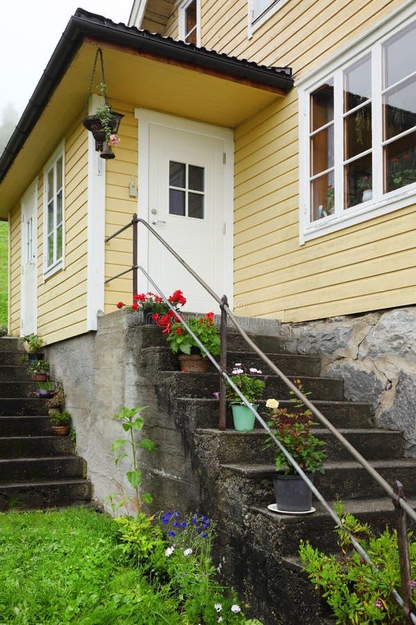 Trappe et escaliers blancs de maison de la Norvège photo libre de droits