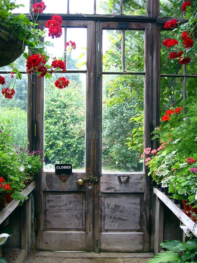 Trappe fermée dans un jardin secret images libres de droits