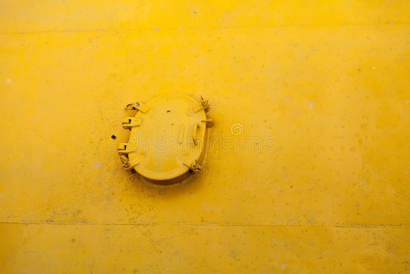 Trappe fermée sur la surface jaune photos libres de droits