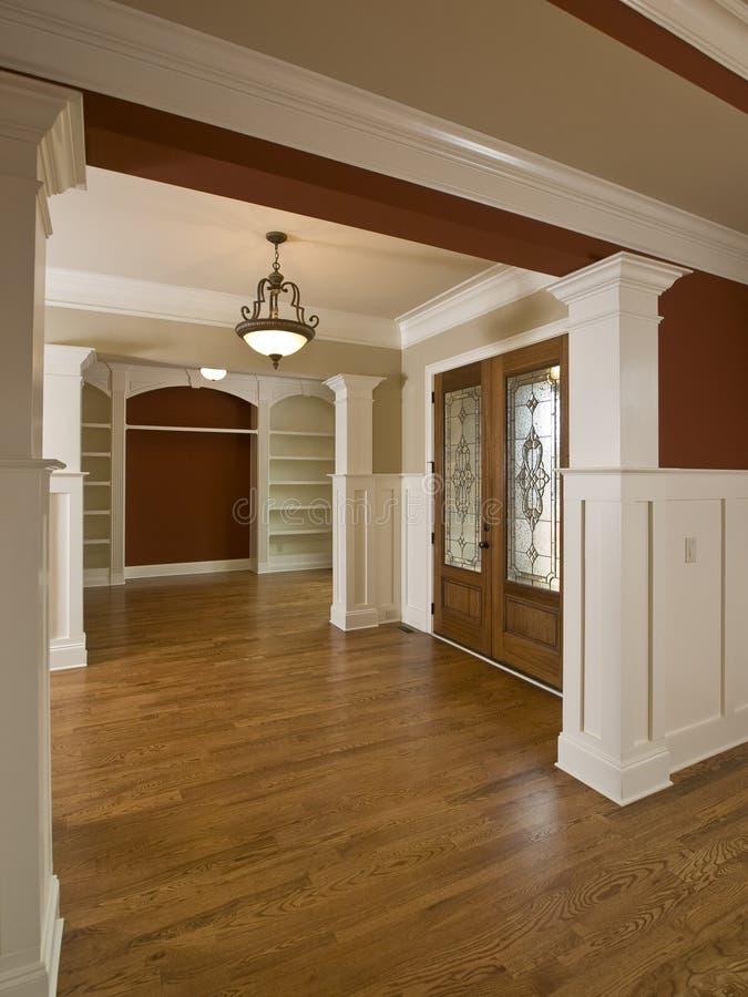 Trappe intérieure à la maison de luxe en verre souillé de foyer image stock