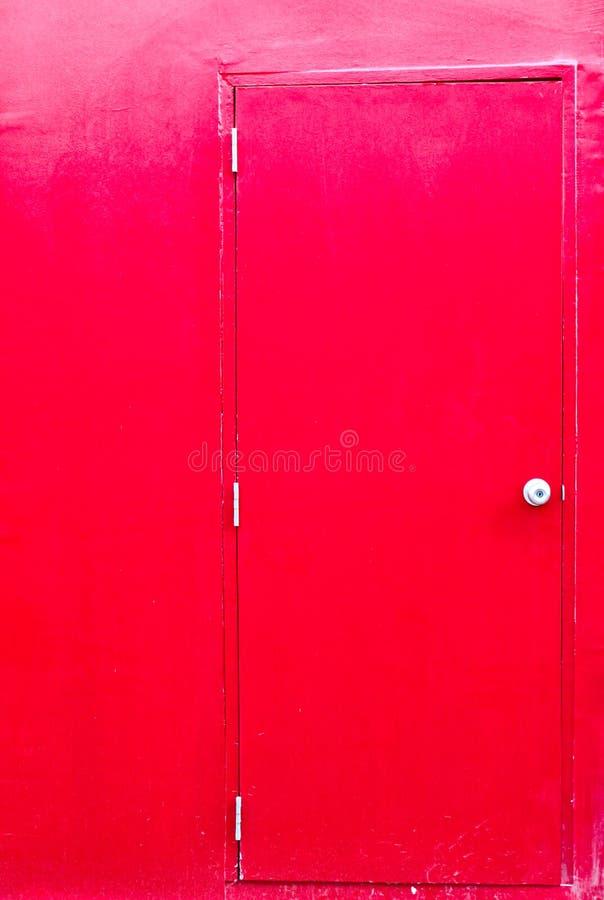 Trappe rouge avec le mur rouge photo stock