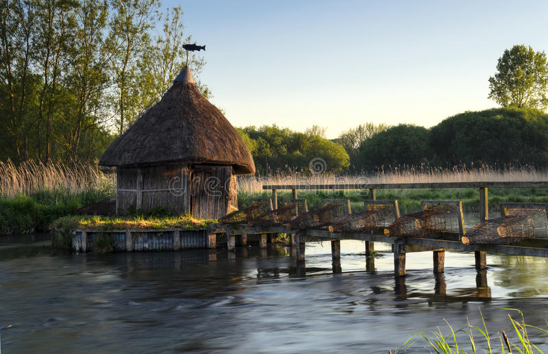 Trappes de la hutte et de l'anguille du pêcheur couvert de chaume images libres de droits