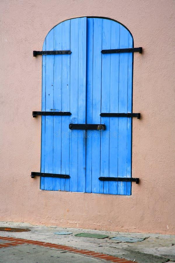 Trappes de tempête bleues photographie stock
