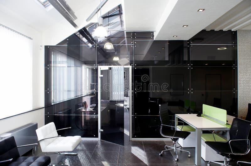Trappes en verre dans le bureau neuf image libre de droits