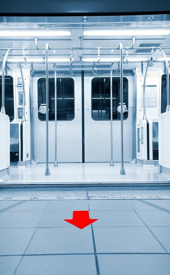 Trappes ouvertes dans la station de métro avec la flèche photos stock