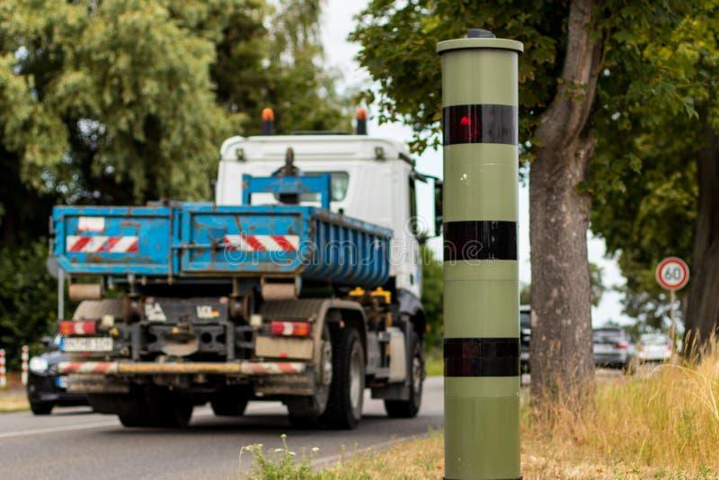 Trappola di velocità del radar con il camion nel moto immagine stock libera da diritti