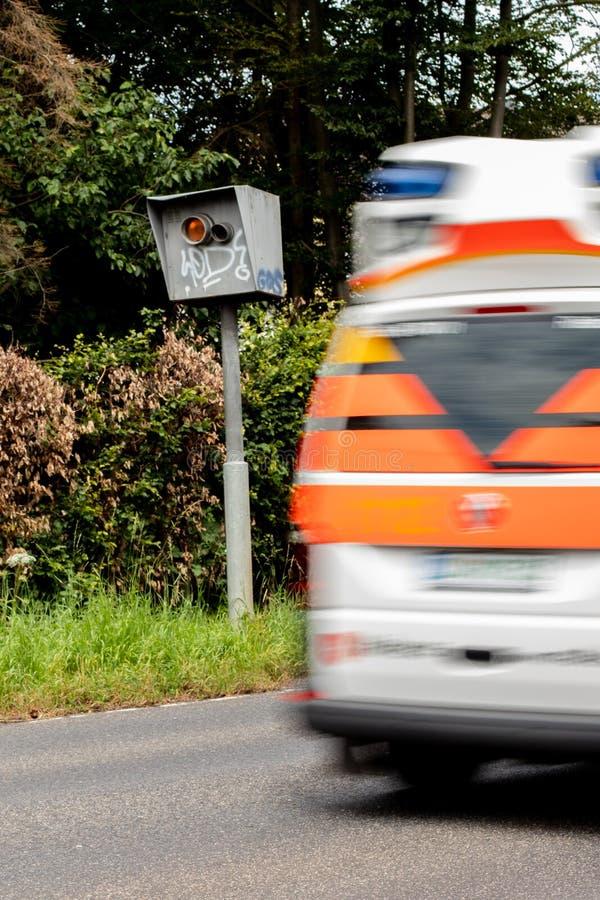 Trappola di velocità del radar con l'ambulanza nel moto fotografia stock