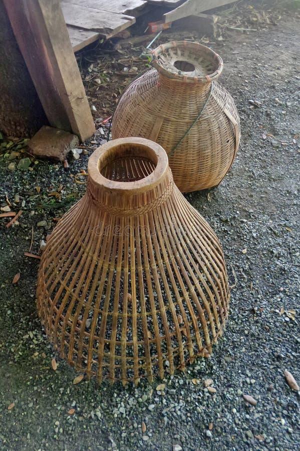Trappola e rastrelliera di bambù del pesce per il pesce d'acqua dolce nel fiume in Tailandia immagini stock libere da diritti