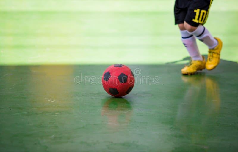 Trappola futsal del giocatore del bambino e controllare la palla per il tiro allo scopo fotografia stock libera da diritti